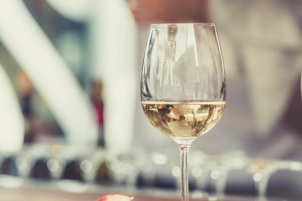 Białe wino kieliszek, szczep chardonnay