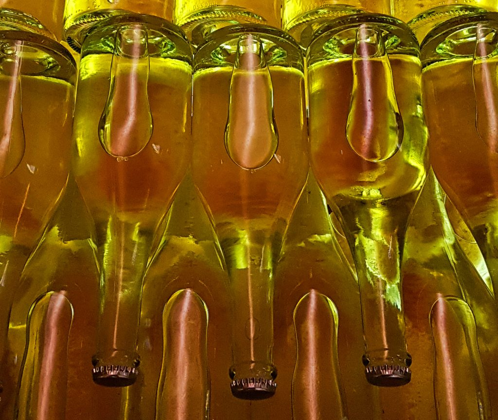 Butelki wina musującego