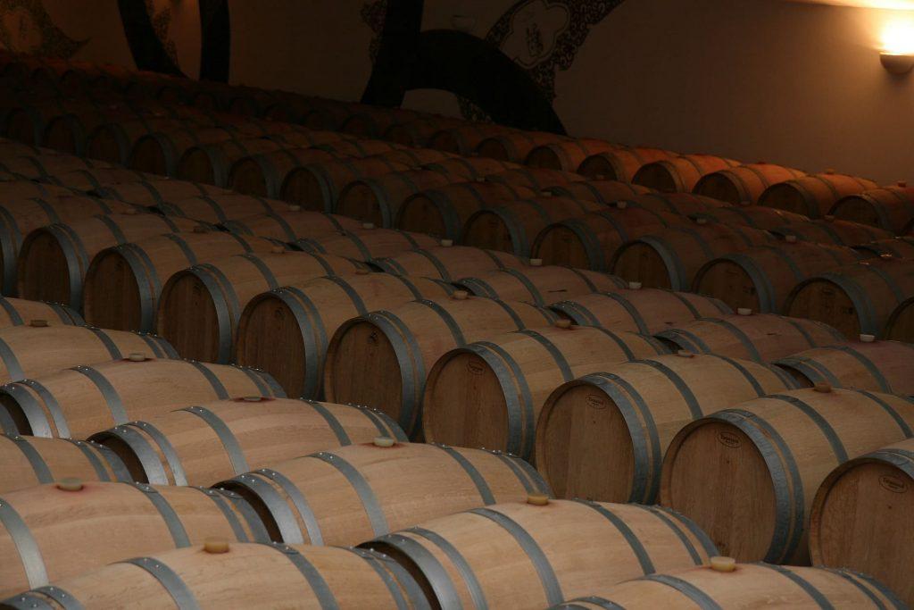 Dębowe beczki - produkcja białego wina
