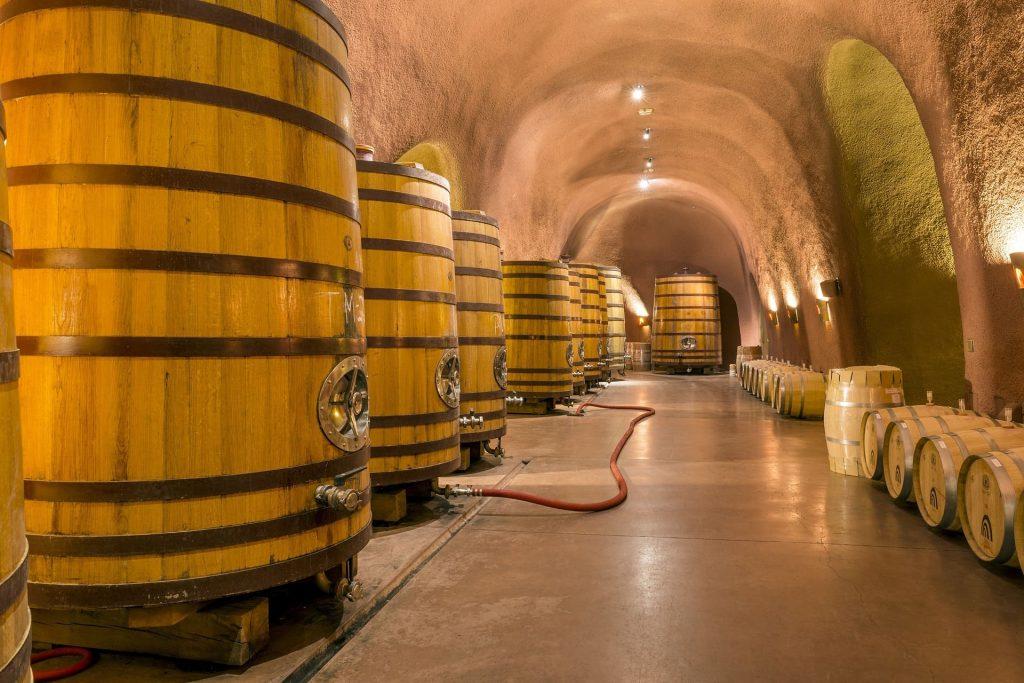 Drewniane kadzie fermentacyjne - produkcja białego wina