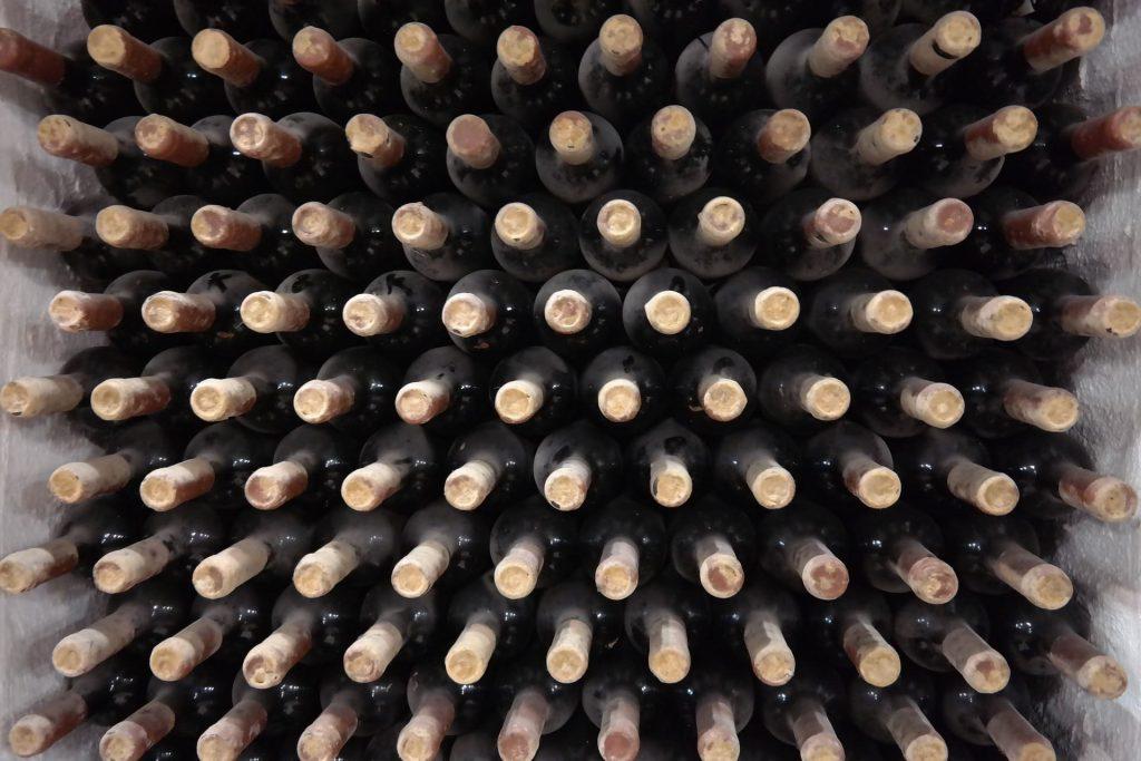 Przechowywanie wina w szklanych butelkach