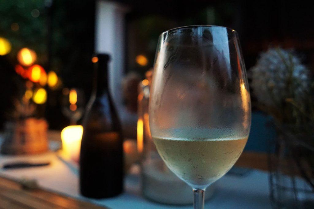 Schłodzony kieliszek białego wina, szczep Albariño