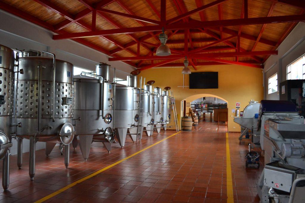 Stalowe zbiorniki fermentacyjne, produkcja białego wina