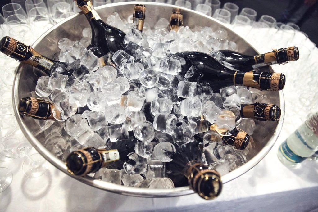 Wina na lato Szampany podczas chłodzenia się
