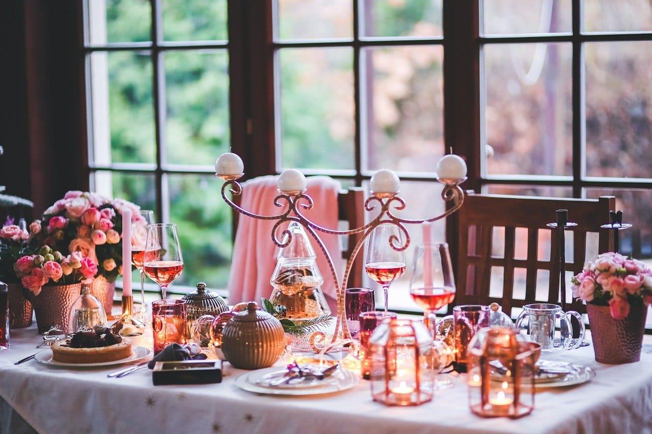 Wino na wigilię - stół świąteczny