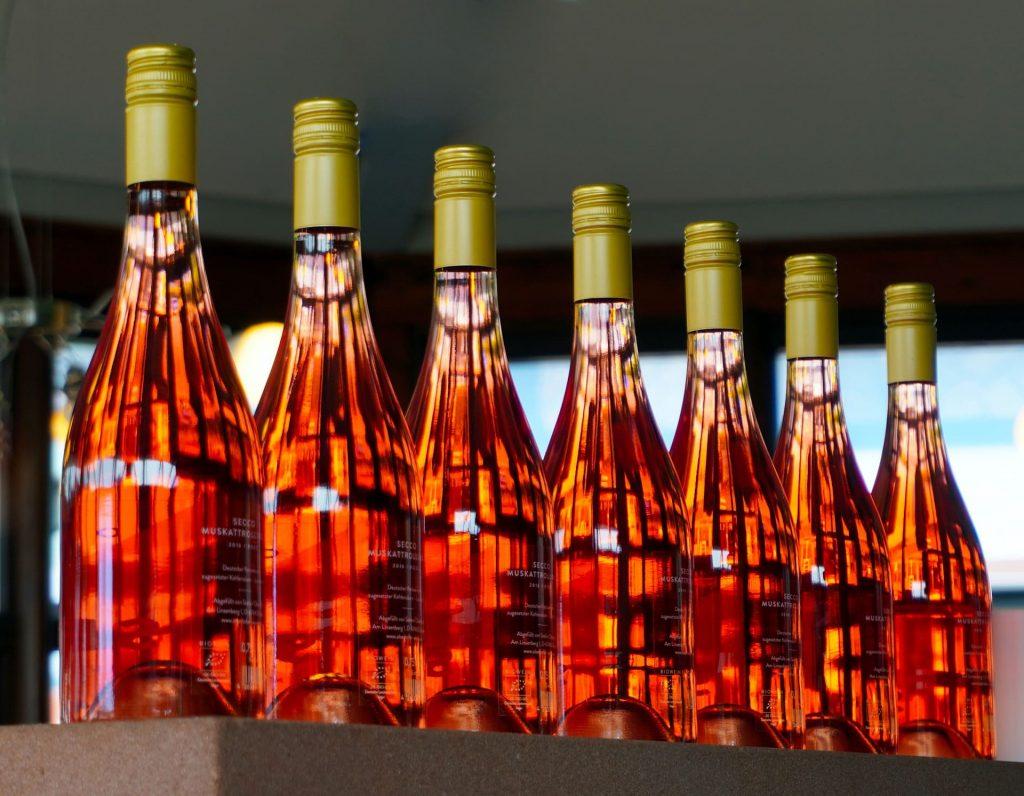 Wino różowe butelkowanie