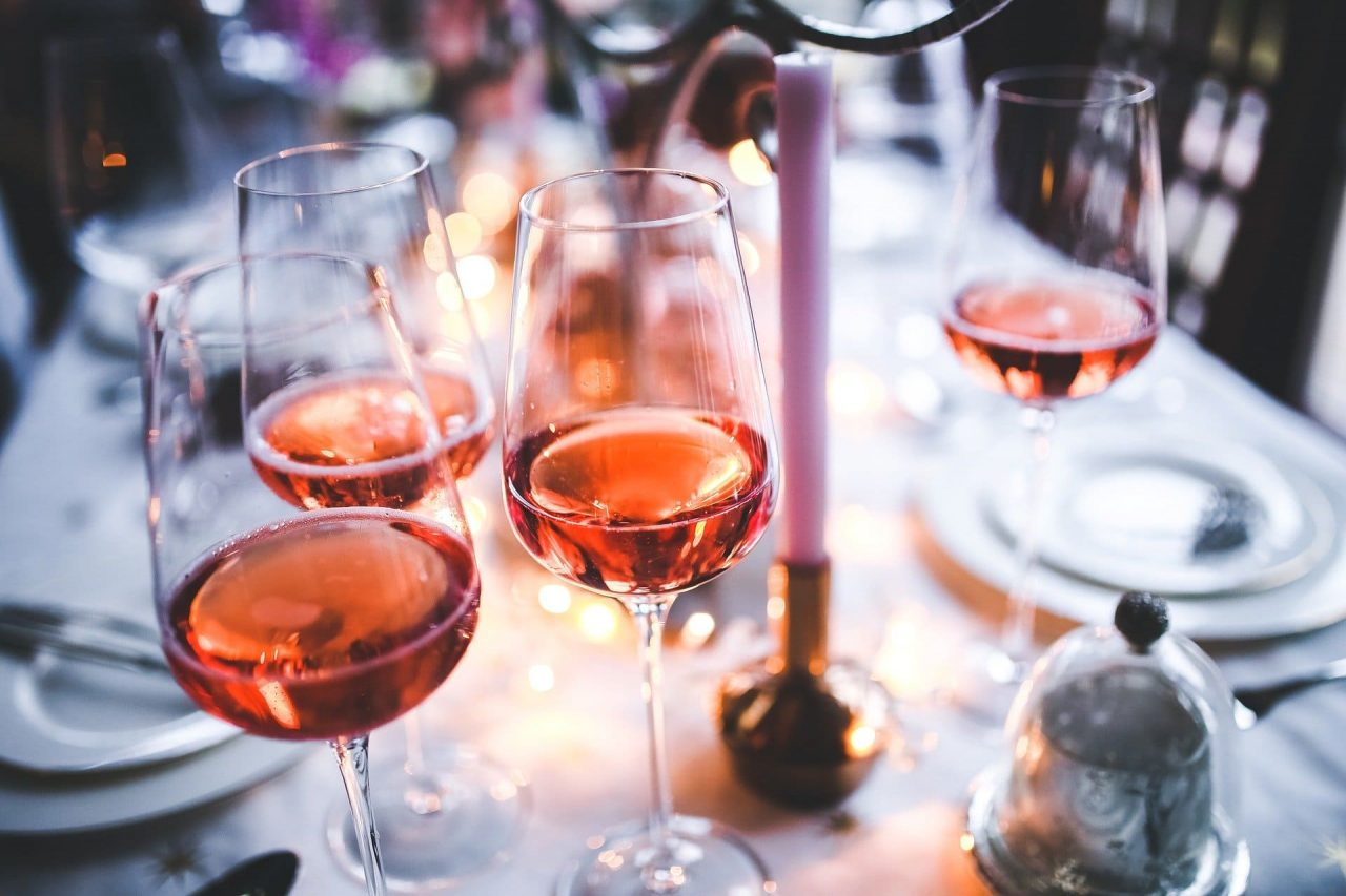 Wino różowe kieliszki